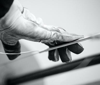 低音部の弦は、熟練職人により、<br /> 一本一本丁寧に手巻き加工される